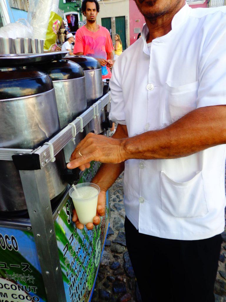Suco de limão com água de coco no Pelourinho. Já provou?