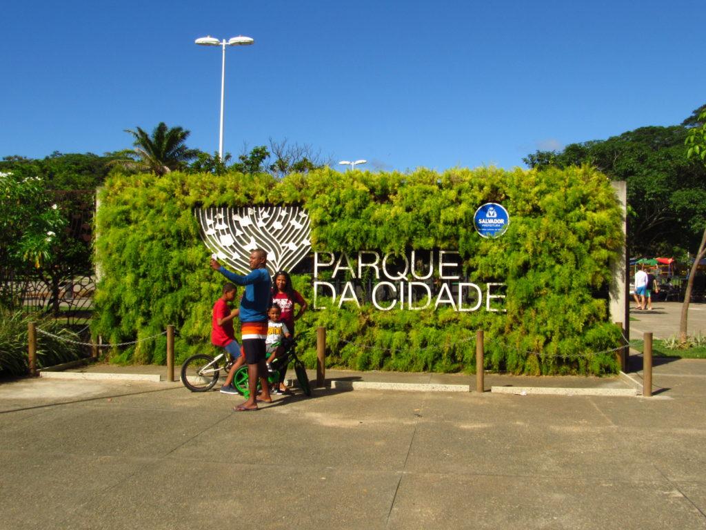 familia na entrada principal do parque da cidade salvador