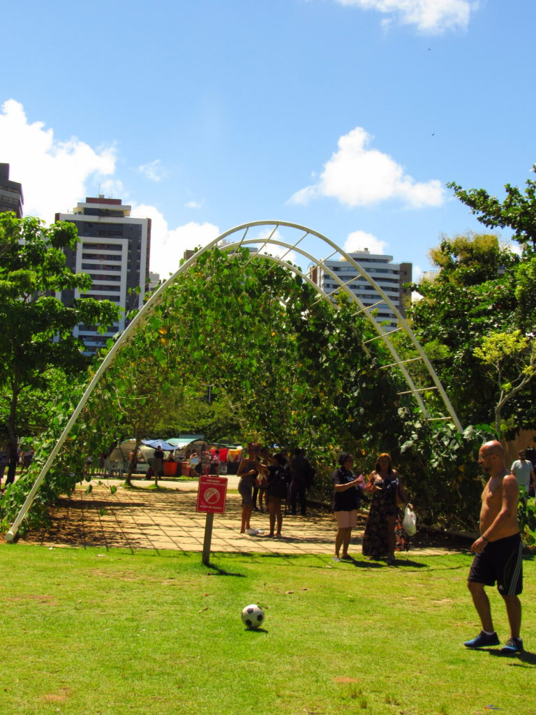 familia se divertindo no parque da cidade proximo ao arco