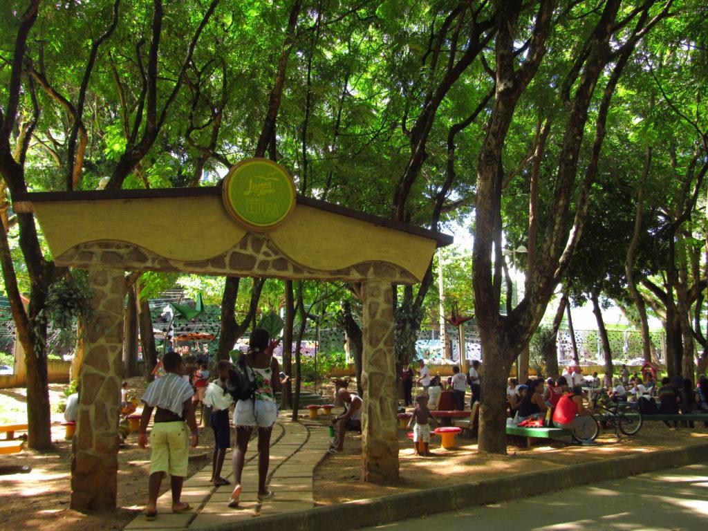 pessoas lendo no parque da cidade salvador