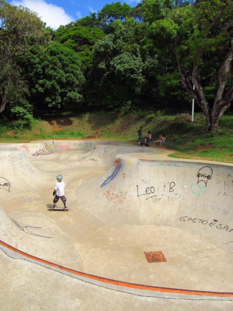 menino no skate parque da cidade salvador