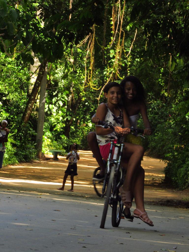 menina pedalando no parque da cidade