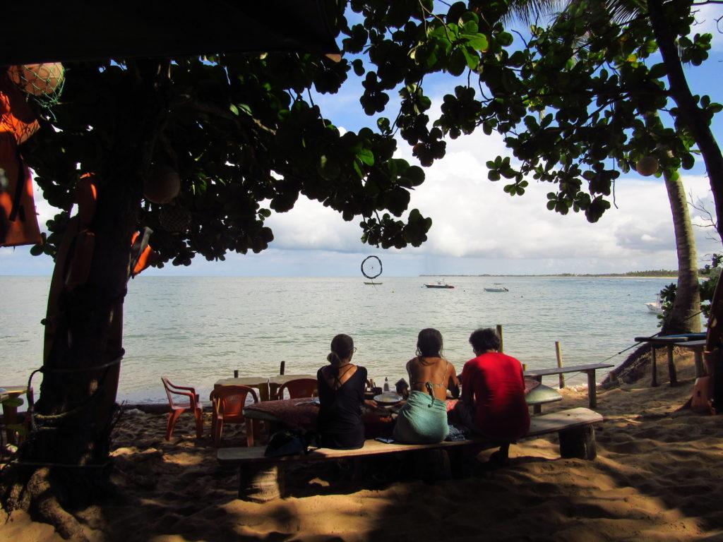 uma familia desfrutando da vista lagosta na brasa em praia do forte