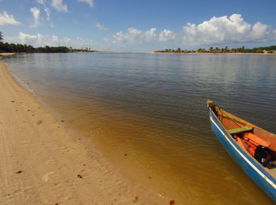 barco atracado as margens do rio itapicuru em barra da siribinha
